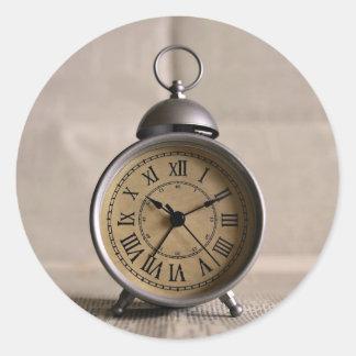Despertador con los números romanos pegatina redonda