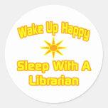 Despierte… el sueño feliz con un bibliotecario etiqueta redonda