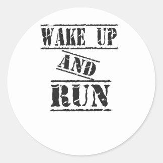 Despierte y corra pegatina redonda