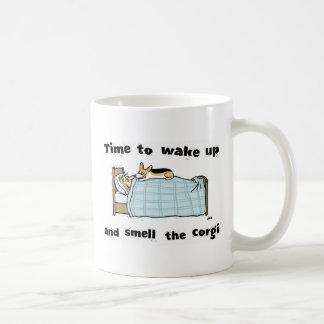 Despierte y huela el Corgi Taza Básica Blanca