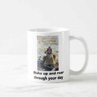 """""""Despierte y ruja con su día """" Taza De Café"""