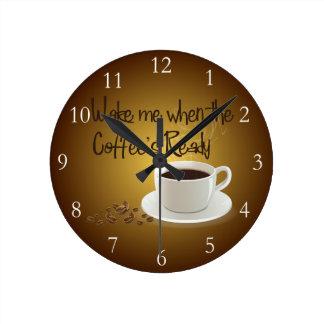Despiérteme cuando el café listo reloj redondo mediano