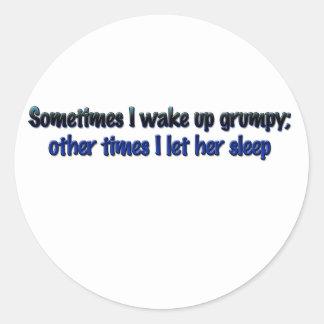 Despierto a veces gruñón; pegatina redonda
