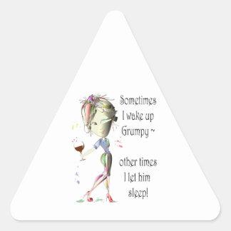 Despierto a veces los regalos gruñones, divertidos pegatina triangular