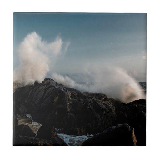 Desplome de la costa de la naturaleza en rocas azulejo cuadrado pequeño