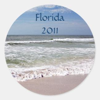Desplome de las ondas en la playa de Sandy Pegatina Redonda