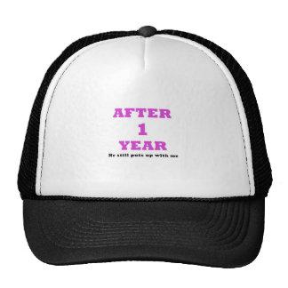 Después de 1 año él todavía me toleró gorra