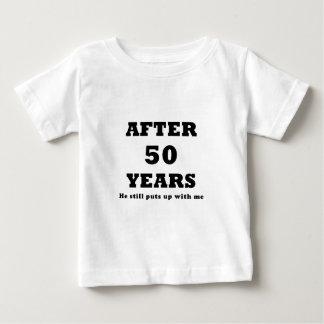 Después de 50 años él todavía me toleró camisas