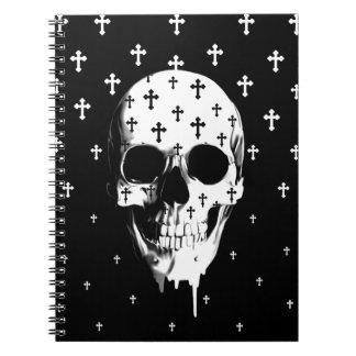 Después de mercado, cráneo gótico con las cruces libretas espirales