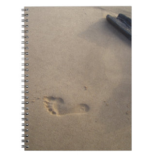 Después de pasos de un rastro en la arena libreta