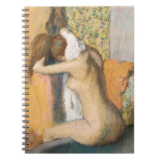 Después del baño, mujer que se seca el cuello, notebook