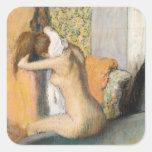 Después del baño, mujer que se seca el cuello, pegatina cuadrada
