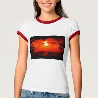 Destino tropical de la palma de la puesta del sol remera
