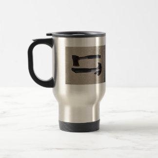 Destral y martillo en la exhibición taza de café