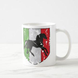 Destruido mirando el escudo italiano con el caball taza de café