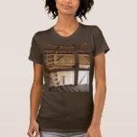Desván de la escalera y foto rural de los graneros camiseta