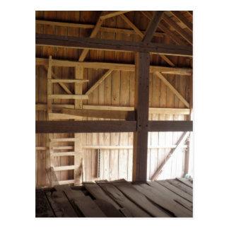 Desván de la escalera y foto rural de los graneros tarjetas postales