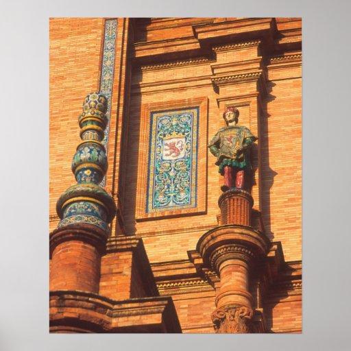 Detalle de cerámica de la estatua en la plaza de E Posters