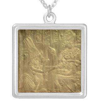 Detalle de la capilla de oro colgante cuadrado