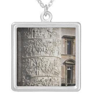 detalle de la columna de Trajan con los edificios  Colgante Personalizado