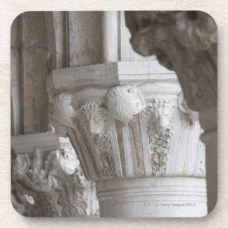 Detalle de la columna del palacio Venecia Italia d Posavasos De Bebidas