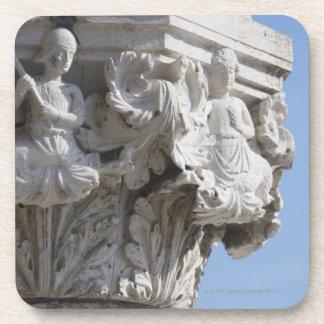 Detalle de la columna en el palacio Venecia Italia Posavasos De Bebidas