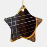 Detalle de la guitarra acústica ornamento de navidad