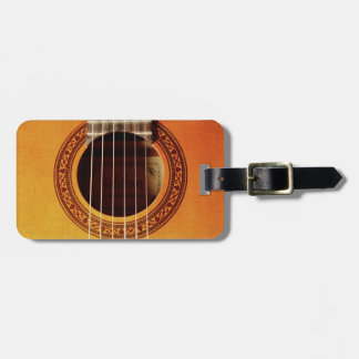 Detalle de la guitarra acústica etiquetas maletas