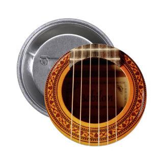 Detalle de la guitarra acústica pin redondo de 2 pulgadas