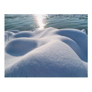 Detalle de la orilla del río congelada, hielo, pie tarjeta postal