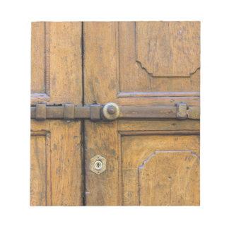 detalle de la puerta de madera vieja bloc de papel