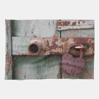 Detalle de la puerta de madera vieja con el toallas