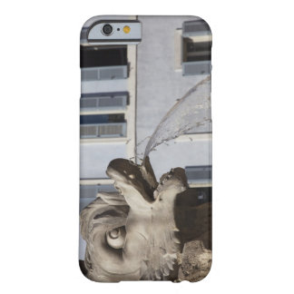 detalle de pescados en el Fontana de la Pantheon Funda De iPhone 6 Barely There