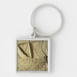 Detalle de un alivio de un barco, de un sarcófago llavero cuadrado plateado