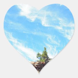 Detalle de un cielo azul con las nubes pegatina en forma de corazón