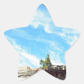 Detalle de un cielo azul con las nubes pegatina en forma de estrella