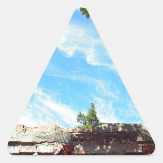 Detalle de un cielo azul con las nubes pegatina triangular