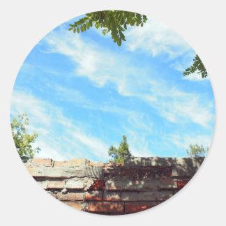 Detalle de un cielo azul con las nubes pegatina redonda