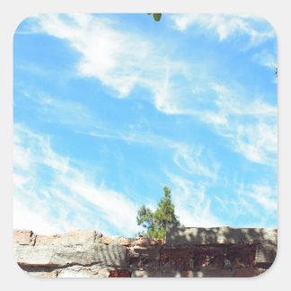 Detalle de un cielo azul con las nubes pegatina cuadrada