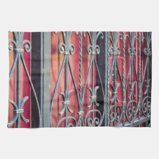 Detalle de un edificio viejo con una cerca del toalla de cocina