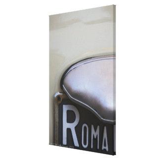 detalle de un número de matrícula de Roma en un Lona Estirada Galerias