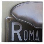 detalle de un número de matrícula de Roma en un pe Azulejo Cuadrado Grande