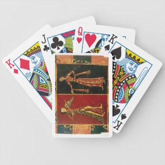 Detalle de un pecho de boda que representa a un mú cartas de juego
