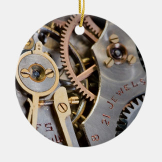 Detalle de un reloj de bolsillo adorno navideño redondo de cerámica