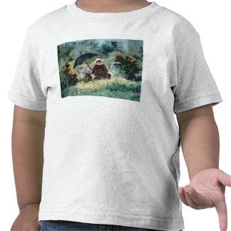 Detalle de una lectura del caballero en un jardín camiseta