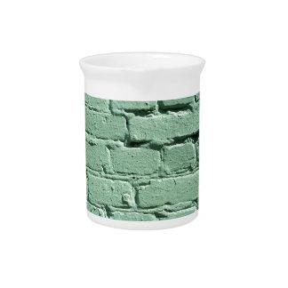 Detalle de una pared de ladrillo verde jarras
