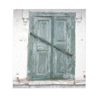 Detalle de una pared de una casa vieja con una bloc