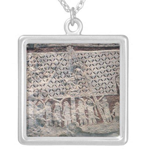 Detalle de una piedra de la imagen que representa  colgante cuadrado