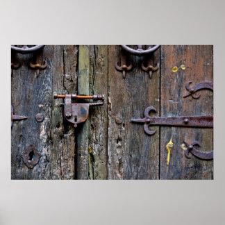 Detalle de una puerta de madera vieja póster