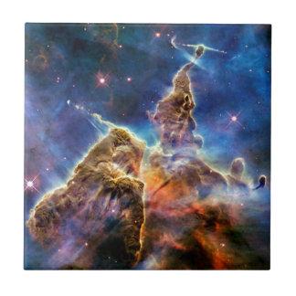 Detalle místico de la montaña de la nebulosa de azulejos